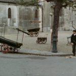 mężczyzna zamiata puste ulice miasteczka