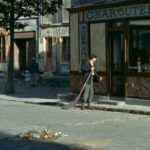 mężczyzna z miotłą zagląda do sklepu