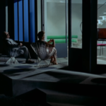 para siedząca na krzesłach w ogrodzie przy wyłączonym świetle