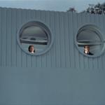 para spogląda z okien domu