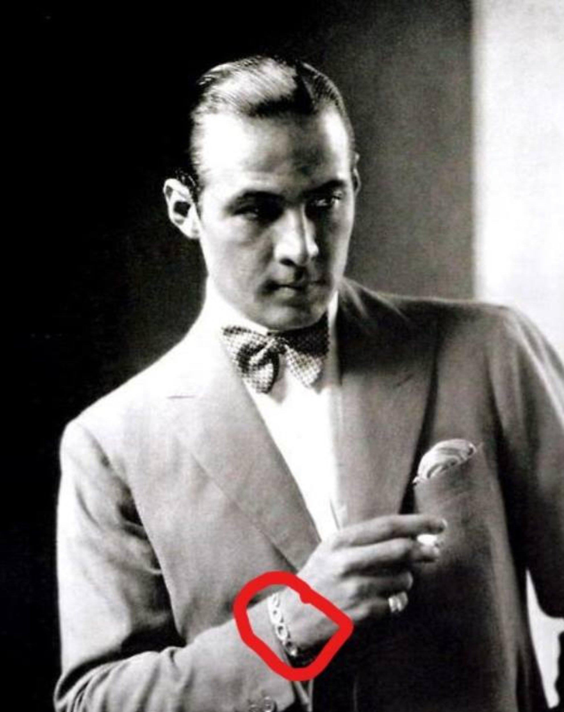 mężczyzna w garniturze, zaznaczona bransoleta na nadgarstku