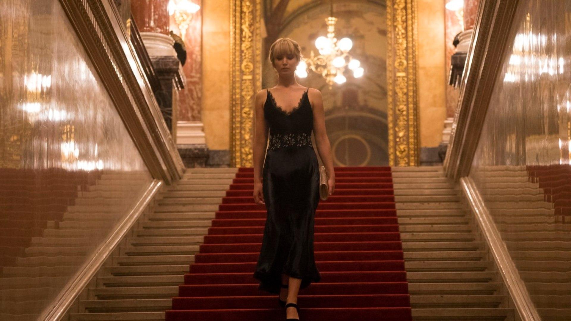 kobieta w balowej sukni stoi na schodach