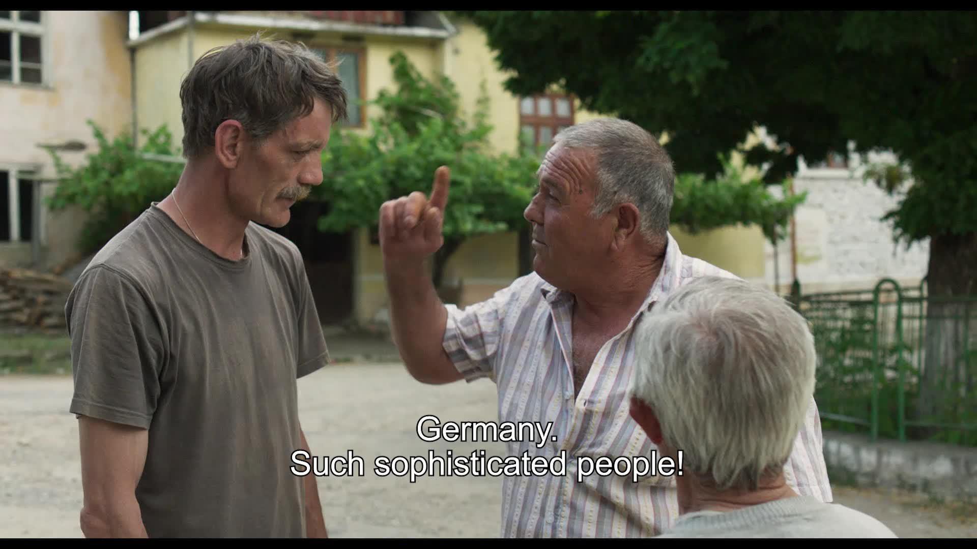 dwóch starszych mężczyzn stoi naprzeciw siebie