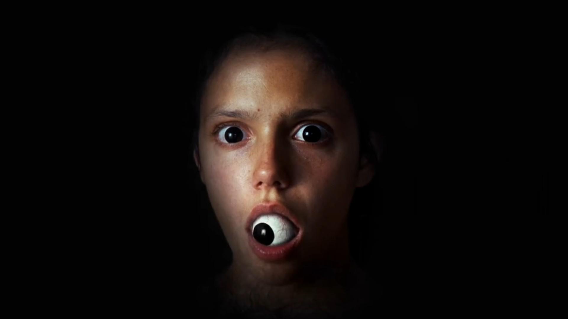 dziewczyna z okiem w buzi