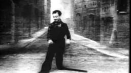 czarno biały kadr z filmu z mężczyzną w bardzo długich butach
