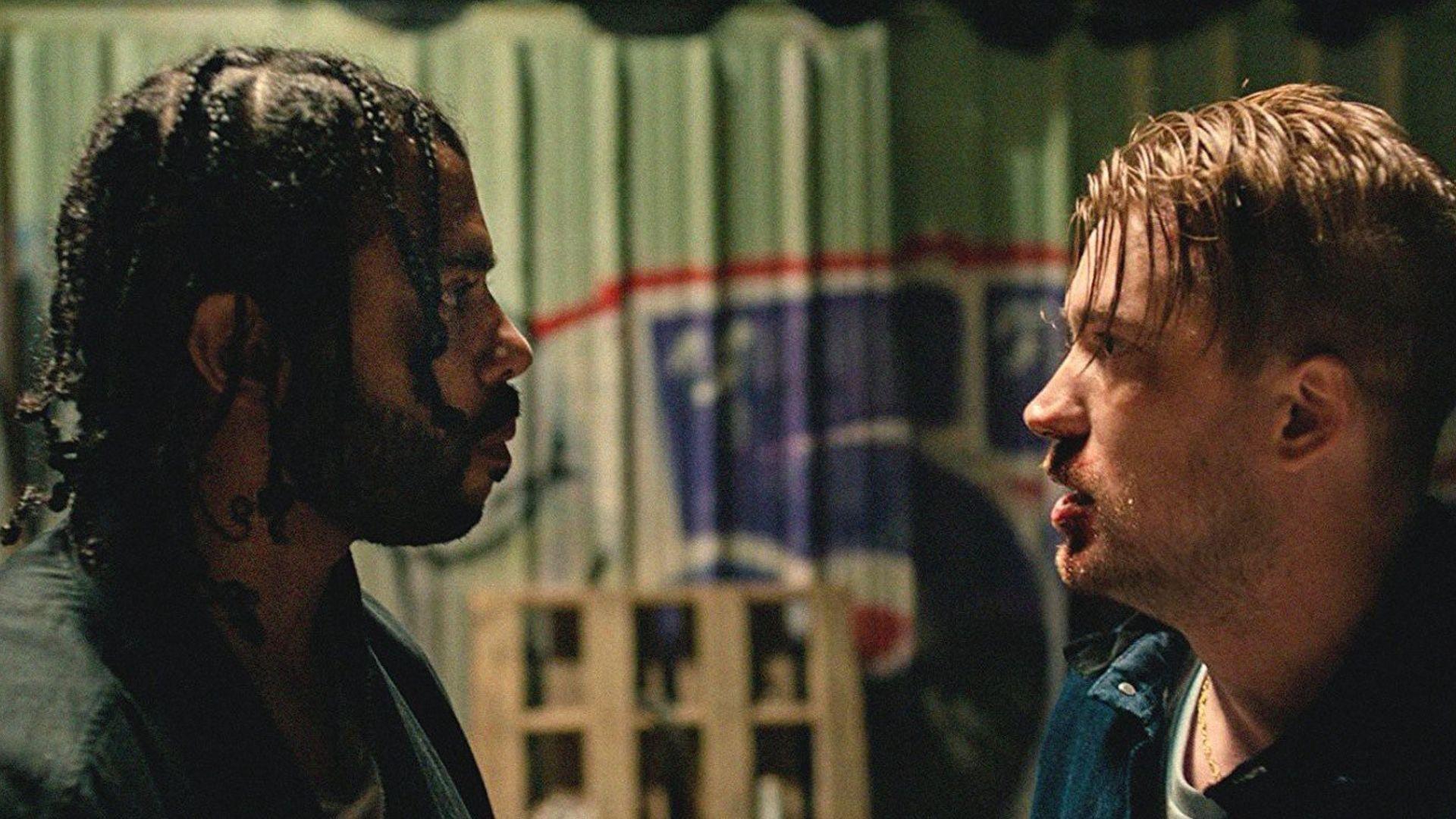dwóch mężczyzn stoi naprzecwiko siebie i patrzy sobie w oczy