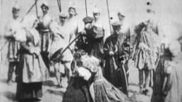 kobieta przygotowana na ścięcie głowy; kadr czarno biały