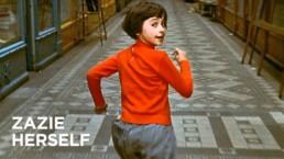 dziewczynka w czerwonym swetrze ucieka oglądając się za siebie