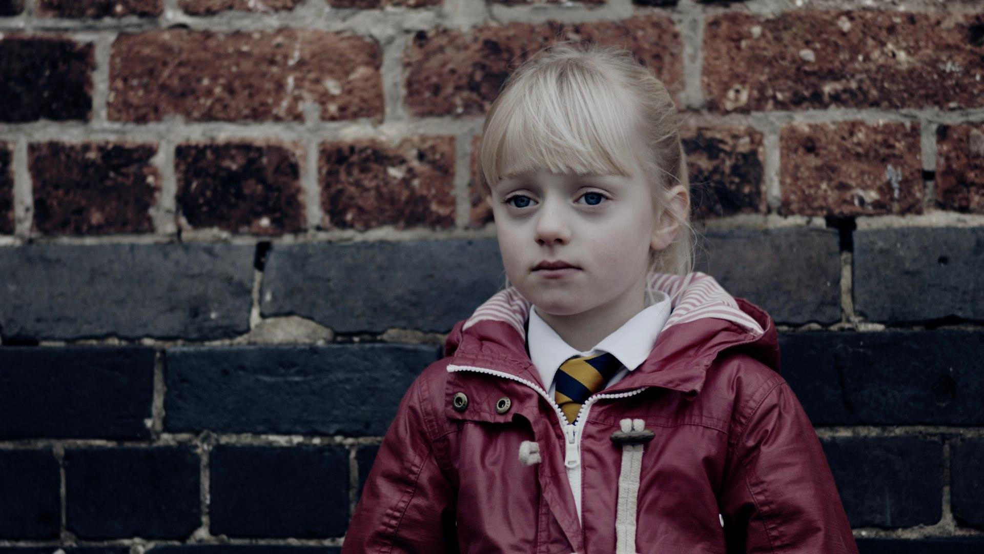 smutna dziewczynka o blond włosach