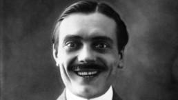uśmiechający się mężczyzna
